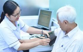 民眾在第三郡第十一坊醫療站診治病。