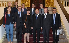 政府總理阮春福(前排右三)與各大使合影留念。(圖源:VOV)