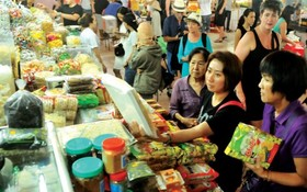 消費者在濱城市場購物。