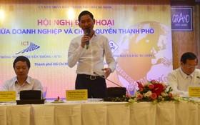 市人委會副主席陳永線在會議上發表講話。(圖源:SGGP)