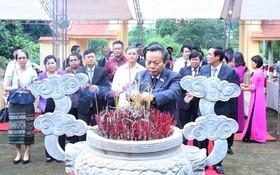 國會副主席、越-老友好議員團主席馮國顯與代表團在朱興廟歷史遺跡區上香。(圖源:忠誠)