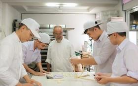旅德越僑文會(中)回本市投資開辦職技學校。(圖源:互聯網)