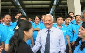 國會副主席汪周琉在國會大廈前與代表們交談。(圖源:芳水)