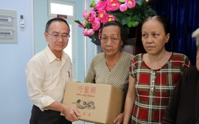 范興主任贈送禮物予第八郡華人。