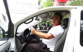 阮文作與他的私人救護車。