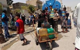 伊拉克重鎮摩蘇爾的平民於7月18日領取聯合國兒童基金會所提供的飲用水。 (圖源:路透社)