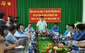越南勞動總聯團主席裴文強(中)在會議上發表講話。(圖源:俊英)