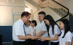 蘇建源董事長向高中生頒獎。