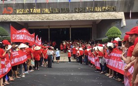 數百名第五郡安東市場商販昨(19)日上午一起罷市。(圖源:元娥)
