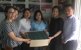 越南時代廣場代表向黃小香主任︵右三︶贈送高級月餅。