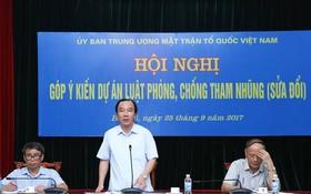 越南祖國陣線中央委員會副主席吳策實(中)在會議上發表意見。(圖源:懷秋)