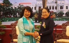 市委副書記武氏蓉(右)接見全球婦女峰會主席艾琳‧娜提維達(Irene Natividad)。(圖源;VOH)