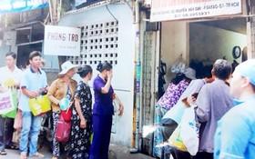 病人家屬排隊等待領取寶和慈善廚房在市腫瘤醫院提供的慈善 餐食。