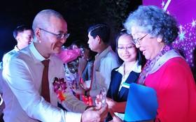 印尼患者王優華獲得國際抗癌勇士稱號。