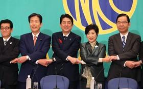 日本首相安倍晉三(中)與其他黨派的黨魁合照。(圖源:互聯網)