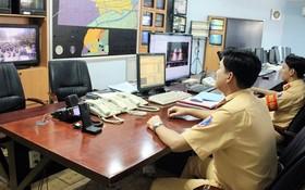 本市公安PC67工作組在處理監控錄像抓拍的違規車輛資料。