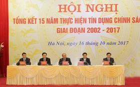 政府總理阮春福(中)主持了2002-2017年階段社會政策信用落實15年全國視像總結會議。(圖源:太平)