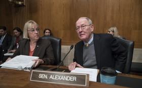 提出了兩黨醫保議案的華盛頓州民主黨參議員Patty Murray(左)田納西州共和黨參議員Lamar Alexander(右)週三在國會山講話。 (圖片來源:J. Scott Apple White/Associated Press)