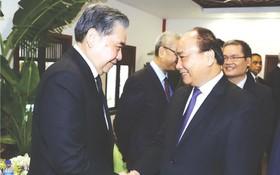 阮春福總理與各代表交談。