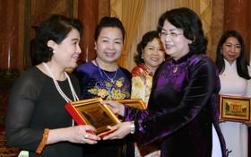 國家副主席鄧氏玉盛向女企業家贈送紀念品。