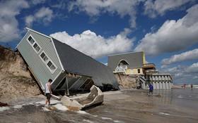 """資料圖:9月12日,美國佛羅里達州的一處海灘上,一棟房屋在""""艾爾瑪""""的影響下,被大風吹倒在海灘上。(圖源:路透社)"""