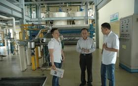 張立濤副總經理(右一)介紹公司生產情況。