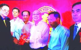 鄧栢榮先生把樂助現金交予各單位代表收。