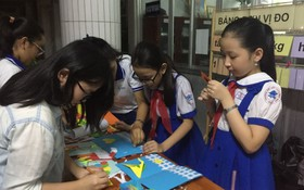 組委會指引學生親手設計賀卡送給教師。