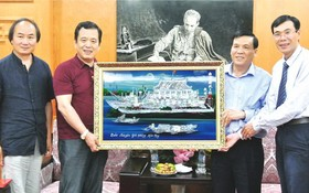 《西貢解放報》代表(右)贈送紀念品給中國作協。