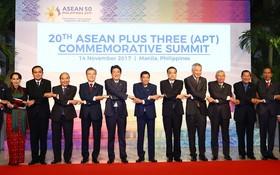 出席東盟+3峰會各國領導握手合影。(圖源:VPG)