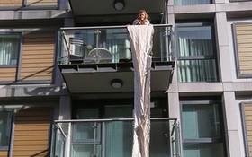 老人買日曆附帶 14 米長包裝紙。(圖源:互聯網)