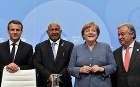 德總理默克爾(右二)、法國總統馬克龍(左一)和聯合國秘書長古特雷斯(右一)出席正在德國波恩舉行的聯合國氣候變暖大會並發表講話。(圖源:AFP)