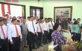 國家副主席鄧氏玉盛,各位越南英雄母親,多個省市領導,永隆省各時期領導幹部和武文傑總理家屬參加了紀念儀式。(圖源:永隆在線視頻截圖)