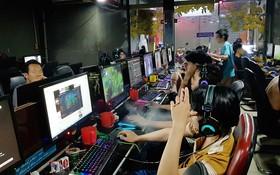 平盛郡某網吧中,大學生徹夜玩電子遊戲。