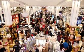 黑色星期五在美國紐約市,數千名購物者湧向先鋒廣場梅西百貨公司大搶購。(圖源:AP)