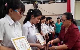 市華語教師俱樂部主任王桂秋向學生頒獎。
