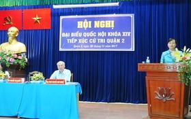 市人民議會主席阮氏決心回答第二郡選民的詢問。(圖源:明峰)