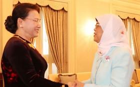 國會主席阮氏金銀會見新加坡總統哈莉瑪‧雅各布。(圖源:越通社)