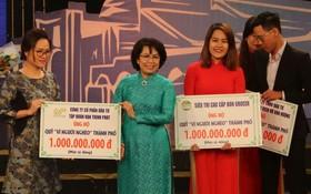 """萬盛發集團(左)捐助""""為窮人""""基金會 10 億元。"""