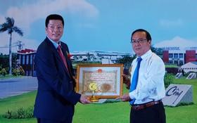 翁明照董事長(左)代表龍江工業園領取前江省的獎狀。
