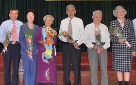 市祖國陣線委員會副主席何增(左四)和市各少數民族文學藝術協會主席劉金華(左二)獲表彰。