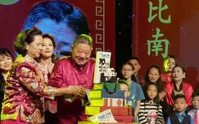 杭慰瑤先生和家人切生日蛋糕慶祝。