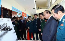 阮春福總理參觀空軍防空軍種的展覽活動。(圖源:越通社)