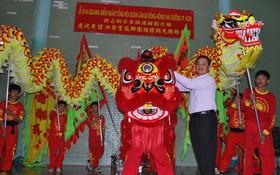 黃館洪蔡堂龍獅團總館榮譽理事長陳昶霖為金龍、金獅點睛開光。