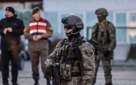根據土耳其政府24日通過官方公報發佈的兩條新法令,土武裝部隊及憲兵、警察和海岸警衛隊中又有2700多人因與去年發生的未遂軍事政變相關聯而被開除。(圖源:AFP)