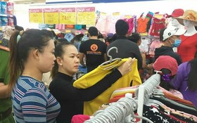 消費者在Co.opmart超市選購成衣。