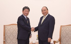 政府總理阮春福(右)接見日本經濟產業大臣兼經濟振興大臣茂木敏充。(圖源:何清江)