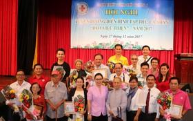 組委會向熱衷於慈善事業的集體和個人頒發郡人委會獎狀和紀念章並合影留念。