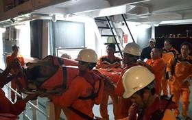救援人員將傷者送醫院急救。
