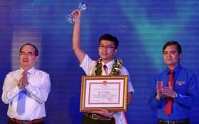 市委書記阮善仁(左)頒發獎狀給模範年輕公民。